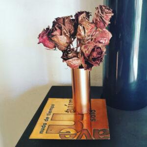 Rosas de cobre con poema